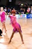 Poserar latinska par för dans i en dans Royaltyfria Bilder