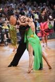 Poserar latinska par för dans i en dans Arkivfoton