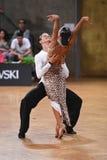 Poserar latinska par för dans i en dans Royaltyfri Fotografi