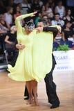 Poserar latinska par för dans i en dans Royaltyfri Foto