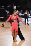Poserar latinska par för dans i en dans Arkivbilder