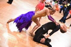 Poserar latinska par för dans i en dans Arkivfoto