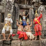 Poserar oidentifierade kambodjaner i nationell klänning för turister i Angkor Wat Royaltyfria Foton
