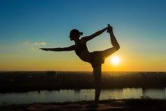 Poserar praktiserande yoga för kvinna i parkeralorden av dansen Arkivbild