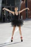 poserar utomhus- pointe för ballerinaen Royaltyfri Fotografi