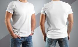 Poserar vita t-skjortor för modellen på mannen, framme och tillbaka arkivbilder