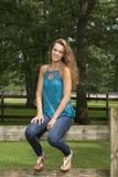Poses adolescentes bonitos da menina na exploração agrícola Imagens de Stock Royalty Free