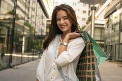 Poses adolescentes da menina com sacos de compras Foto de Stock Royalty Free