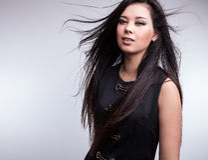 Poses asiáticas agradáveis novas da menina no estúdio. Foto de Stock