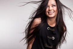 Poses asiáticas agradáveis novas da menina no estúdio. Imagens de Stock Royalty Free