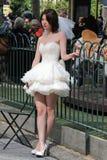 Poses asiatiques de jeune mariée pour des photos à New York Photographie stock