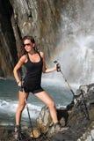 Poses bonitos da menina sob a cachoeira da montanha fotografia de stock royalty free