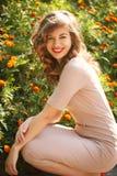 Poses da mulher na cama do fundo de flores Fotos de Stock Royalty Free