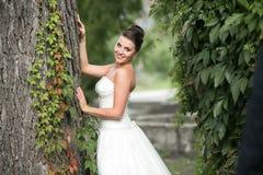Poses da noiva para a câmera fotografia de stock royalty free