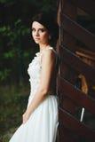 Poses da noiva para a câmera imagens de stock royalty free