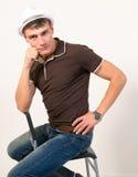 Poses de assento do homem. Foto de Stock Royalty Free