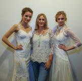 Poses de Claire Pettibone do desenhista com modelos na mostra 2016 da pista de decolagem de Claire Pettibone Bridal SS Foto de Stock