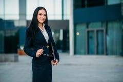 Poses de femme d'affaires contre le centre d'affaires image libre de droits