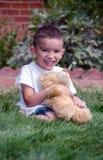 Poses de garçon avec l'ours de nounours préféré de jouet Photos libres de droits