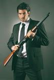 Poses de garde du corps de mode avec le fusil de chasse Photographie stock libre de droits
