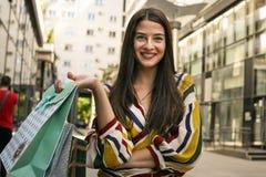 Poses de jeune femme avec des sacs après l'achat Photographie stock