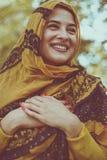 Poses de jeune femme avec l'écharpe Images libres de droits