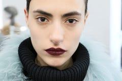 Poses de modèle pendant la présentation de Helen Yarmak pendant l'automne 2015 de MBFW Photo libre de droits