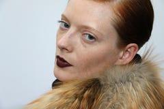 Poses de modèle pendant la présentation de Helen Yarmak pendant l'automne 2015 de MBFW Photos stock