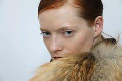 Poses de modèle pendant la présentation de Helen Yarmak pendant l'automne 2015 de MBFW Photographie stock libre de droits