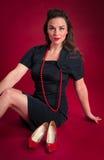 Poses de pin-up de fille avec des chaussures de rouge de vintage Image libre de droits