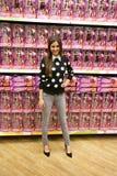 Poses de Victoria Justice da atriz para fãs e imprensa foto de stock royalty free