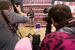 Poses de Victoria Justice da atriz para fãs e imprensa fotografia de stock