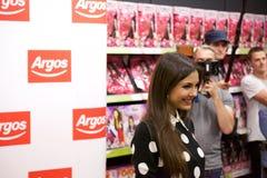 Poses de Victoria Justice da atriz para fãs e imprensa fotos de stock royalty free