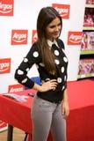 Poses de Victoria Justice da atriz para fãs e imprensa imagens de stock
