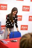 Poses de Victoria Justice da atriz para fãs e imprensa imagem de stock royalty free