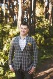 Poses do indivíduo na floresta Imagem de Stock