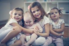 Poses dos irmãos mais novo e das irmãs à câmera Imagem de Stock