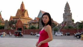 Poses drôles de jeune femme chinoise heureuse pour des photos banque de vidéos