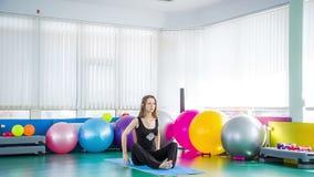 Poses em mudança da ioga da mulher desportivo na classe da aptidão vídeos de arquivo