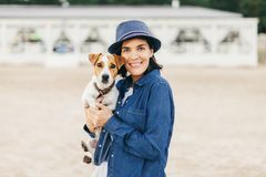 Poses fêmeas com seu animal de estimação favorito Fotografia de Stock Royalty Free
