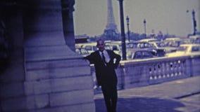 1969 : Poses fières de Français par son Tour Eiffel banque de vidéos