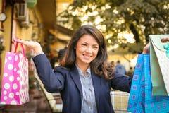 Poses heureuses de femme d'affaires avec des paniers Image stock