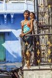 Poses indiennes de famille au balcon Photographie stock
