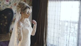 Poses lindos da noiva no quarto para o photosession 4K video estoque
