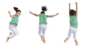 Poses múltiplas de uma menina que salta no ar Fotografia de Stock
