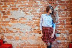 Poses modèles d'étudiant pour des photographes L'art traitant et retouchent Photo stock