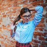 Poses modèles d'étudiant pour des photographes L'art traitant et retouchent Images stock