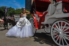 Poses modèles de Kalyn Hemphill devant le chariot de cheval Photo libre de droits