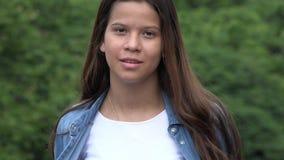 Poses modelo femenino adolescente confiado Fotografía de archivo