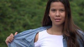 Poses modelo femenino adolescente confiado Imagenes de archivo